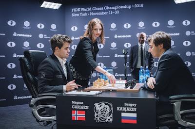 Carlsen y Karjakin al inicio de la 12ª ronda. Foto Max Avdeev for World Chess by Agon Limited