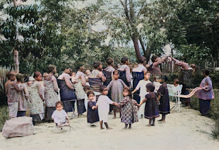 wanita dan anak-anak dari panti asuhan di pusat misi protestan di pearaja