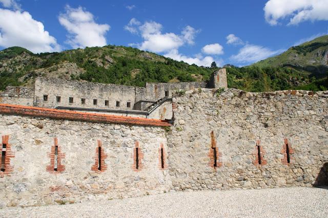 Una porzione di muro del Forte Albertino di Vinadio