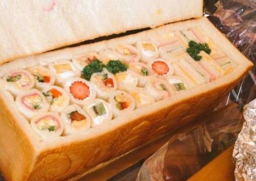 Pria Ini Bawa Roti Tawar ke Acara Reunian, Tak Disangka Saat Dibuka Isinya Bikin Shock