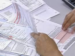 A imagem mostra vários documentos e notas fiscais para serem arquivadas para evitar problemas futuros.