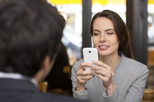 Hindari Berbicara dengan Orang Lain Sambil Lihat Hp Karena 3 Hak ini Wajib Dipenuhi