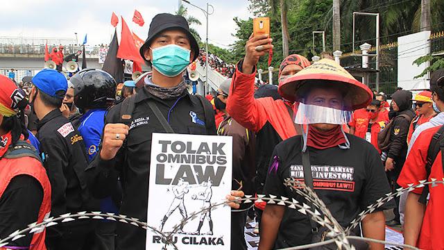 Ketua Umum Front Mahasiswa Nasional, Dimas merupakan perwakilan dari elemen mahasiswa yang ikut turun kejalan dalam aksi demonstrasi di depan Gedung DPR Senayan Jakarta pusat, Pada hari Kamis kemarin.