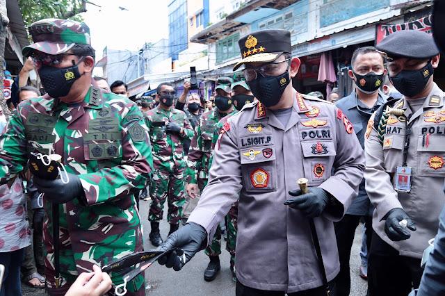 Pantau Prokes, Panglima TNI dan Kapolri Bagikan Masker di Pasar Tanah Abang