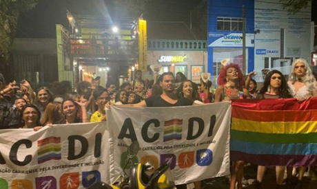 """Cratenses realizam manifestação em frente a pizzaria após dono afirmar que """"tem que acabar com viado"""""""
