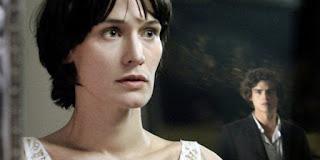 Adèle et Simon, l'époux fantôme dans Les Revenants (2012)