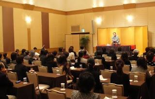 三遊亭楽春講演会「落語に学ぶコミュニケーション術」の風景。