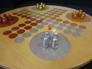 hagaskolans bibliotek målat fia med knuff spel på ett bord