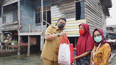 Bobby Distribusikan 1000 Paket Sembako Bantuan Presiden ke Tuna Netra dan Warga Kampung Nelayan