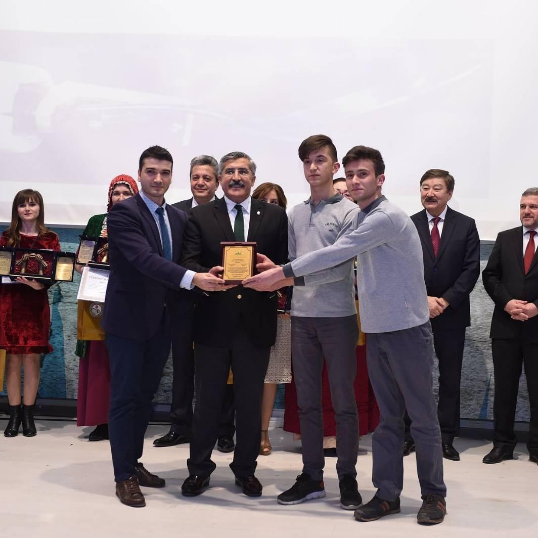 Kastamonu'nun en iyi öğrencisi seçilen Harun İstenci ve arkadaşı ödül töreninde...
