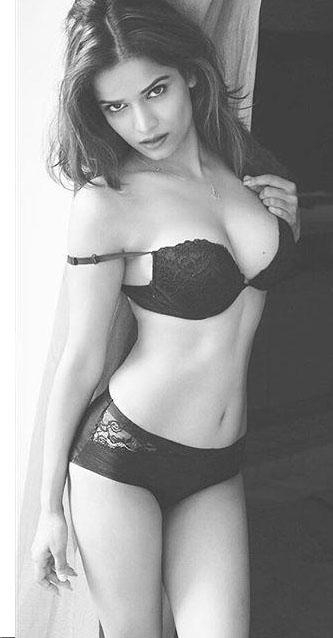 Bollywood Actress Archana Gautam Hot Bikini Pics Navel Queens