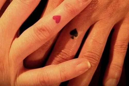 sevgililer için kupa maça yüzük parmağı dövmesi