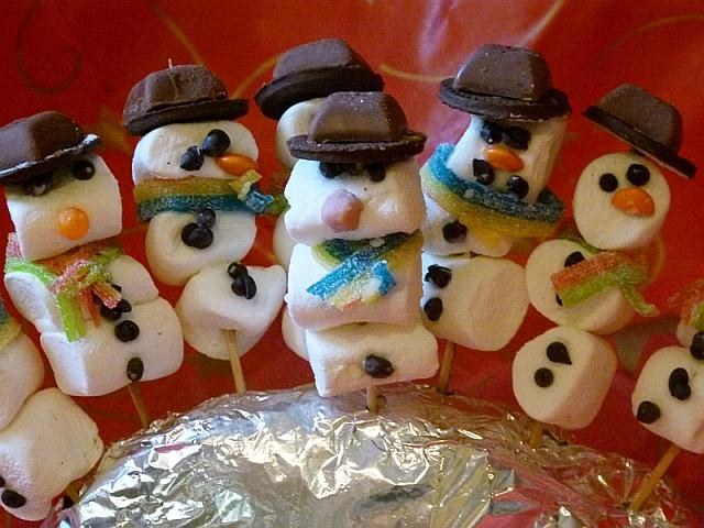 Schneemänner aus Marshmallows von Kindern gemacht