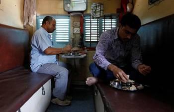 महाराष्ट्र से बिहार जा रहे भूखे श्रमिक ट्रैन में खाने के लिए भिड़े, एक-दूसरे को बेल्ट से लगे मारने