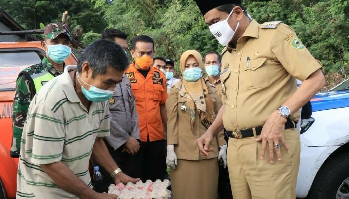 Bupati Barru Turun Langsung Salurkan Bantuan ke Semua Warga di Labungnge