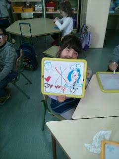 Una niña dibuja con las pizarras