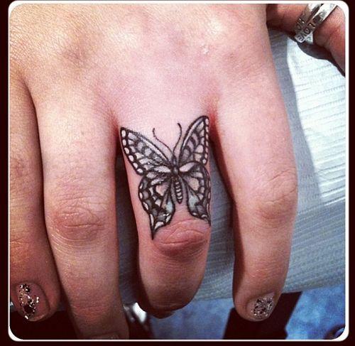 Pequena Borboleta no Dedo Médio da Tatuagem
