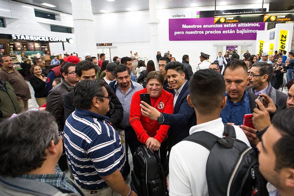 Miguel Herrera en el Aeropuerto de Guadalajara.