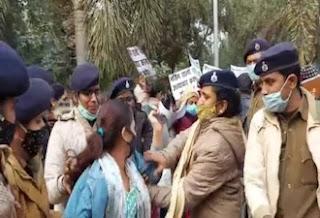 नर्सिंग छात्राओं ने CM सचिवालय के पास किया प्रदर्शन, रोकने आयी पुलिस के साथ की नोकझोंक