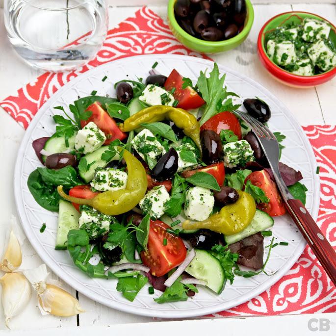 Griekse boerensalade met gemarineerde feta