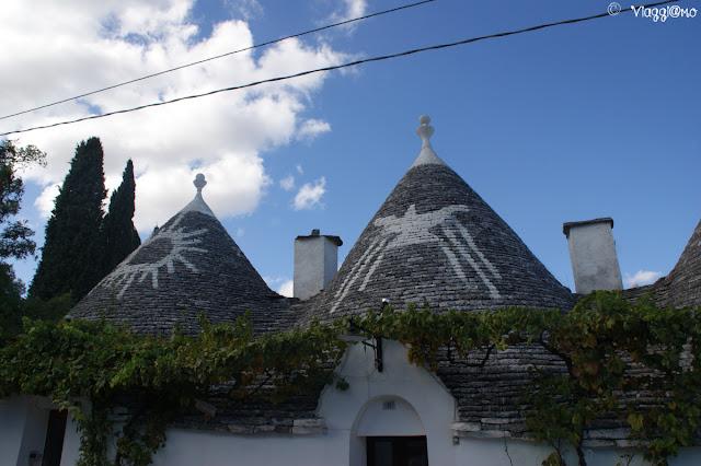 Particolare dei simboli sui tetti dei trulli