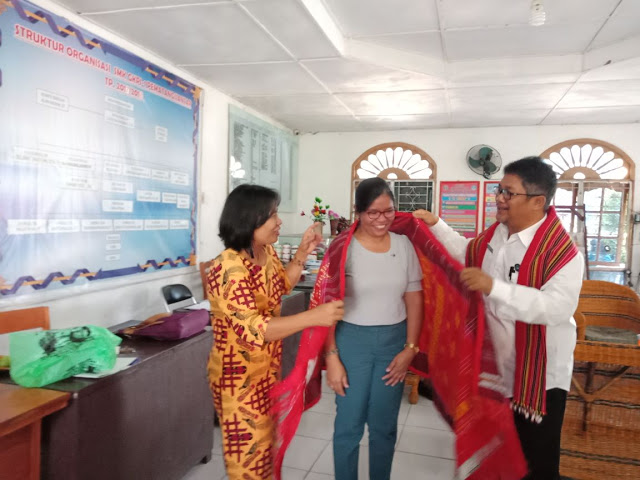 """Kepala sekolah SMK GKPI 1 Pematangsiantar T.Hotlion Sihombing SSi, MM dan guru saat memberikan kenangan (Ulos) kepada guru Ma""""am Mayeth dari sekolah St. Tonis Kalinga Filipina."""