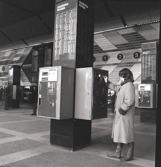 Рижский центральный ж/д вокзал в разные годы. Возле билетных автоматов.