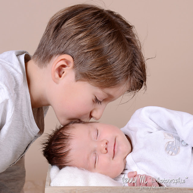 portrait grand frère et bébé, photo bisous du grand frère, studio bébé vendée 85
