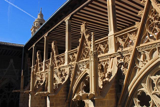 El claustro de la catedral de Pamplona, al detalle
