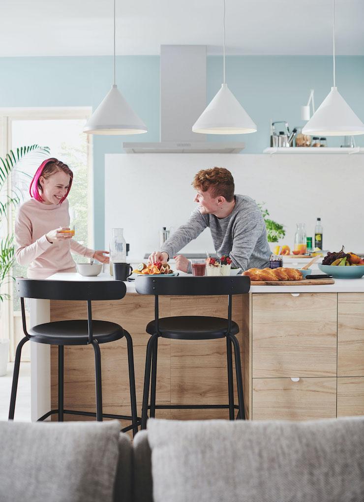Cocina moderna con isla o península en madera y mármol, de IKEA 2021.