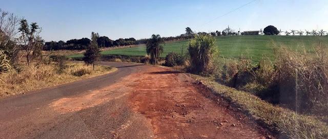 Moradores tapam buracos de estrada com terra e pedra!