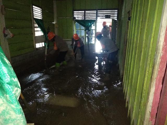 FOTO: Aksi Brimob Polda Sulsel Bantu Korban Banjir Bandang Luwu Utara
