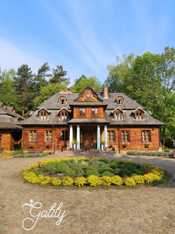 dom-drewniany-kryty-gontem