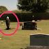 Esta senhora de 78 anos visitava o tumulo do seu falecido marido, quando algo inesperado aconteceu..