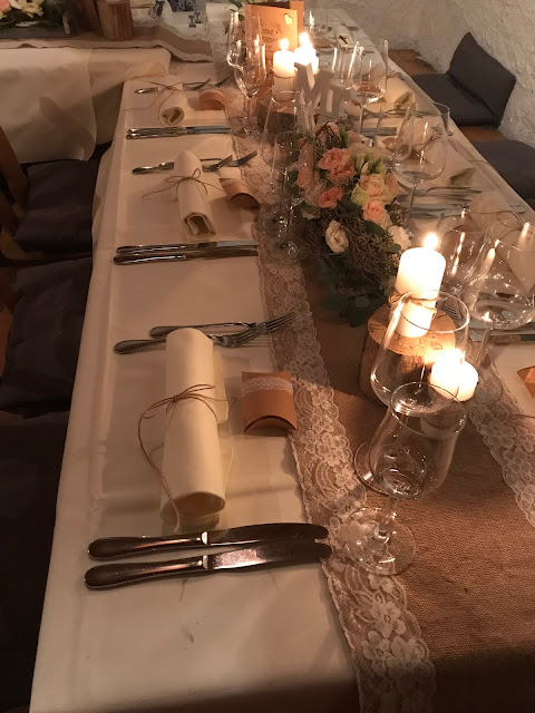 Hüttenabend, Tischdekoration, Winterhochzeit, Vintage, Berge, Schnee, Fackeln, Hütte, Heiligdreikönig, Dreikönigstag, Hochzeitsplanerin Uschi Glas, Winter wedding, Bavaria, Garmisch, Riessersee Hotel, weddings abroad, venu, Pastell, Apricot