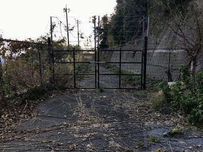 たけのこ岩トンネル旧道をふさぐフェンス