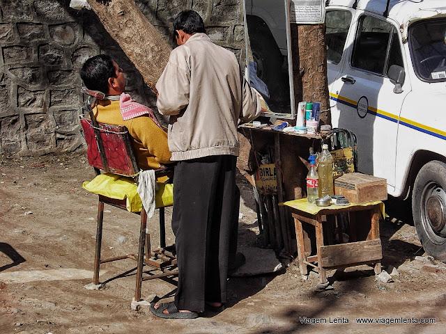 Barbearia ao ar livre em Rishikeshi, comum na Índia