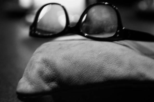 Silmälasit ja käsilaukku