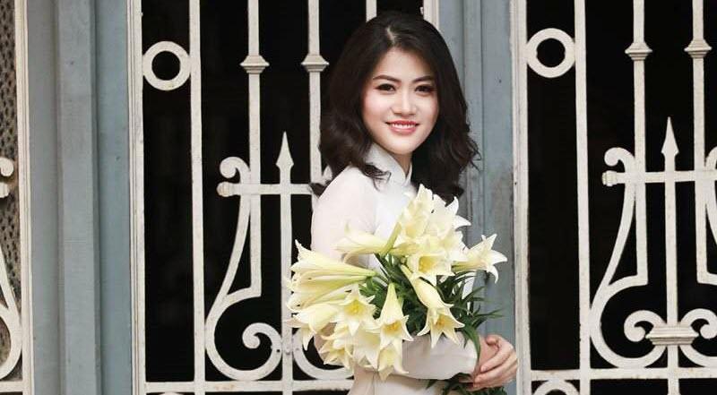 Bà mẹ một con Hà Thành dịu dàng như thiếu nữ 18 bên hoa loa kèn - Ảnh 1