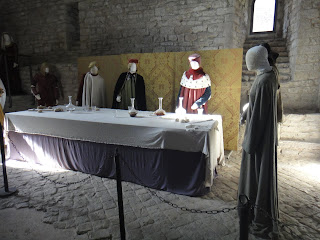 Assis Itália dentro da Rocca Maggiore manequins com roupa de época