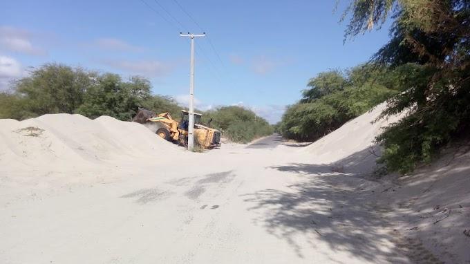 Secretaria de obras retira a areia que invadia a pista na RN litorânea que interliga Grossos a Tibau