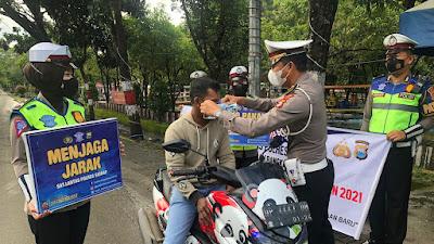 Satlantas Polres Sidrap Bagikan Masker dan Edukasi Warga Untuk Tetap Terapkan Protokol Kesehatan