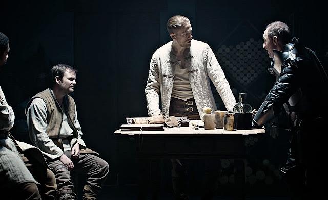Los protagonistas haciendo negocios con los soldados del Rey