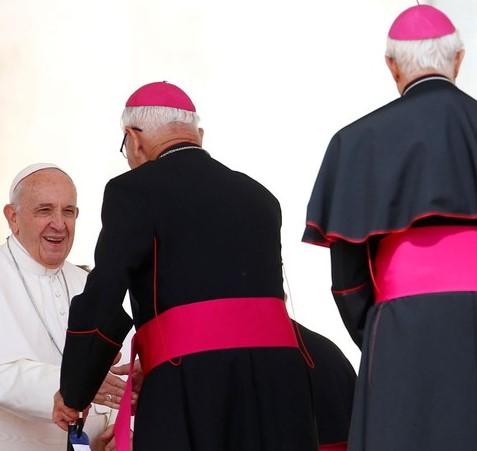 Papa e bispos com solidéu