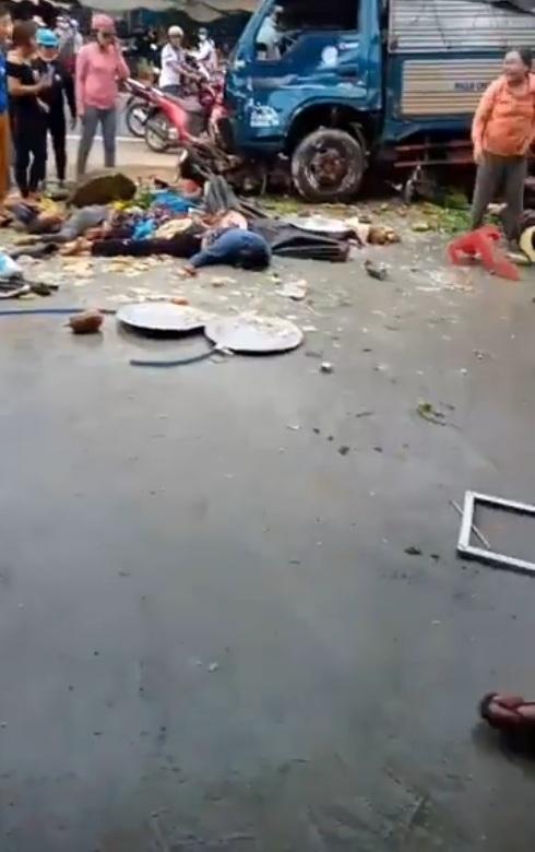 Hiện trường vụ xe tải lao vào chợ khiến 10 người thương vong !