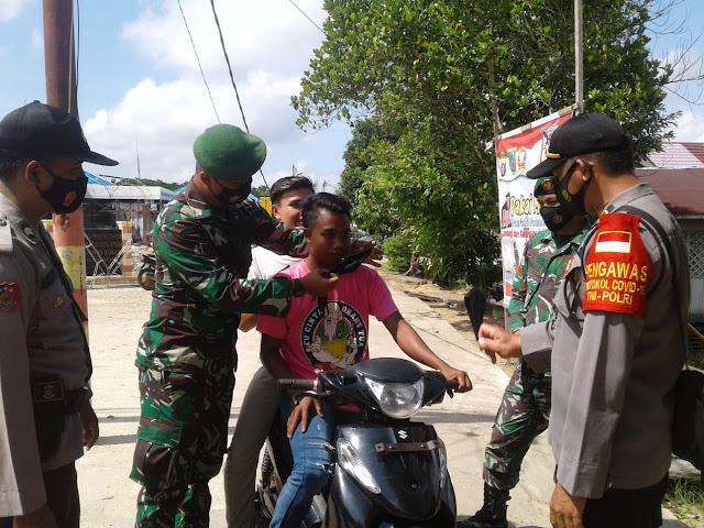 Cegah Penyebaran Covid-19 di Wilayah Binaan, Koramil Bangkuang Bagikan Masker