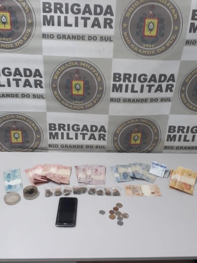 Brigada Militar de Gravataí prende mulher e apreende adolescente por tráfico de drogas