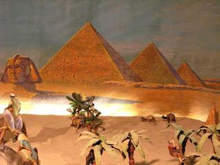 A Esfinxe xunto as pirámides dos faraóns, incluíndo a Grande Pirámide, no deserto de Guiza