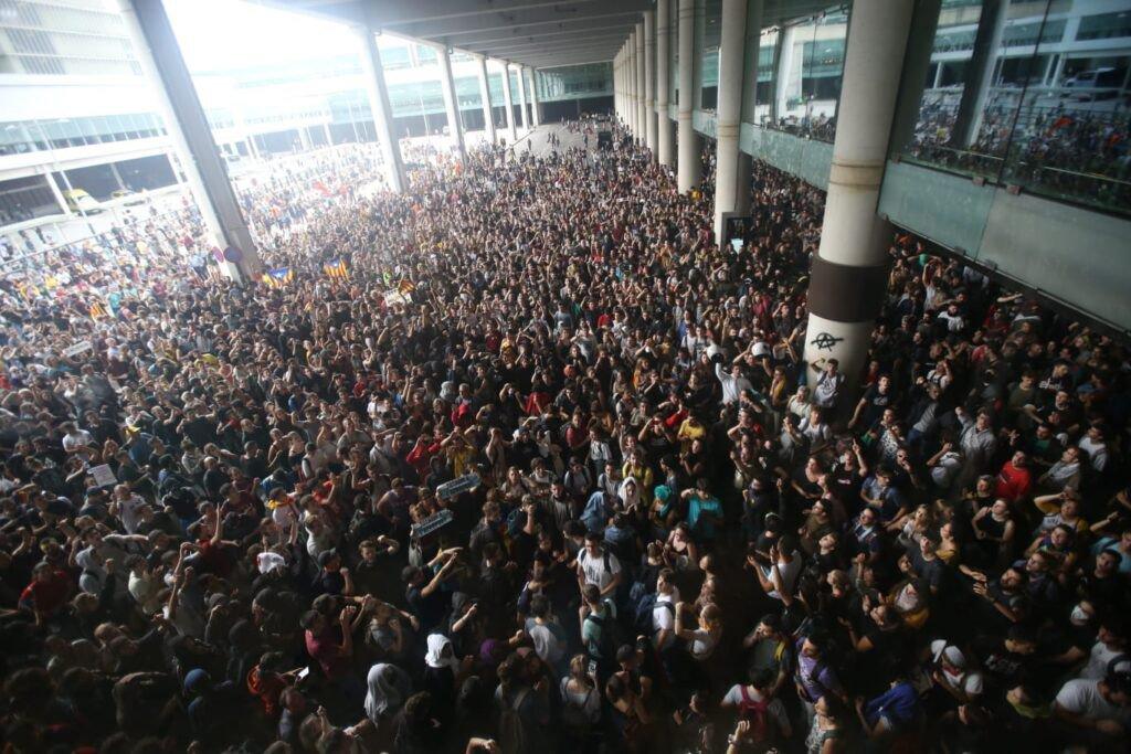 Katalonijas neatkarības atbalstītāji bloķē piekļuvi lidostai