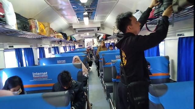 Bagasi dan gerbong penumpang.